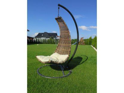 Der Hängesessel hat einen Korb aus braunem Polyrattan und ein stabiles Gestell aus rostfreiem Stahl. Der Sessel wird mit einem Sitzkissen in beige mitgeliefert.