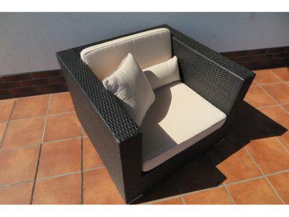 Der bequeme Lounge Sessel Madrid passt zur gleichnamigen Lounge Gruppe. Der Sessel ist aus schwarzem Polyrattan und wird mit passenden Sitz- und Rückenkissen sowie zwei Zierkissen geliefert.