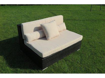 Mittelteil Madrid kann mit anderen Elementen aus der Serie kombiniert oder einzeln genutzt werden. Das Lounge Sofa ist aus schwarzem Polyrattan und hat beige Auflagen.