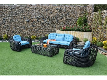 Lounge-Set Berlin besteht aus 4 Teilen: 1 Sofa, 2 Sessel und 1 Couchtisch. Korpus aus schwarzem Polyrattan und im Kontrast dazu blaue Sitzpolster mit Keder und Knopfheftung.