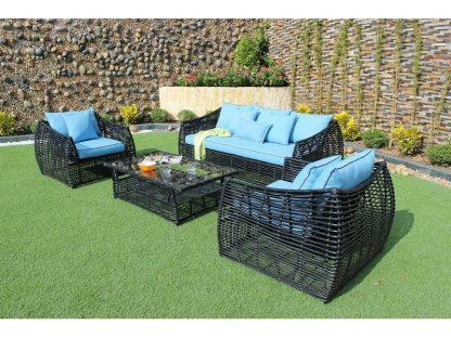 Das Lounge-Set Venezia besteht aus 1 Sofa, 2 Sesseln und einem Couchtisch. Die Möbel sind aus wetterfestem Polyrattan. Der Tisch hat ein 8 mm dicke Glasplatte.