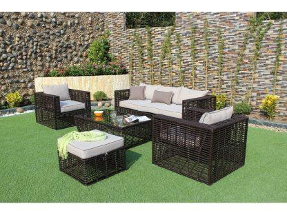 Die 5-teilige Sofagruppe für den Garten umfasst ein Sofa, zwei Sessel, einen Hocker und einen Couchtisch mit Glasplatte und Ablage. Schwarzes Polyrattan und beige Kissen.