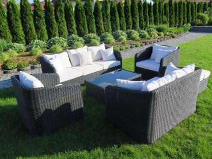 Große Lounge-Gruppe Salisbury besteht aus zwei Sofas, zwei Sesseln, einem Hocker und einem Couchtisch. Die Sitzmöbel sind aus robustem Polyrattan. Die Auflagen sind aus imprägniertem Stoff.