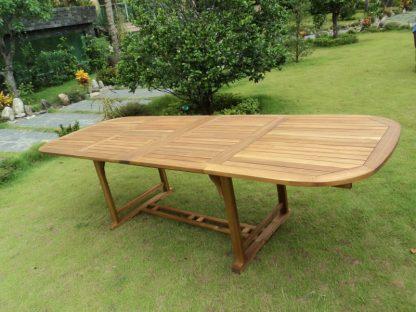 Ausziehtisch Ascot aus Akazienholz hat 2 zusätzliche Tischplatten und kann von 165 cm auf 225 cm oder 285 cm ausgezogen werden. Der Tisch hat eine ovale Form und stabiles Untergestell.
