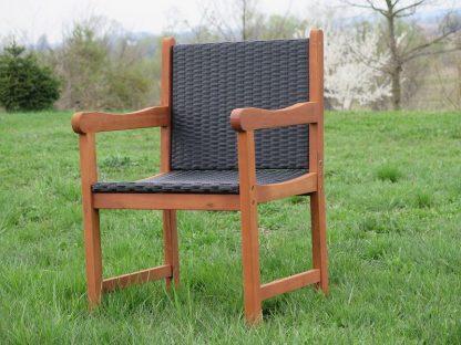 Die Sitz- und Rückenfläche des Gartensessels Nottingham sind aus schwarzem Polyrattan. Der Rahmen ist aus geöltem, rotbraunem Eukalyptusholz. Der Stuhl wird zerlegt geliefert.