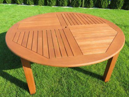 Der Gartentisch Cocos ist rund und ist wahlweise mit Durchmesser 140 oder 180 cm erhältlich. Die Tischplatte hat ein schönes Lamellenmuster. Das geölte Eukalyptusholz hat eine rotbraune Farbe.