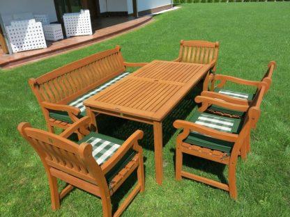 Klassischer Gartentisch Dover besticht mit der rotbraunen Farbe des Eukalyptusholzes. Er ist 150 cm lang und 6 Personen finden hier Platz zum Sitzen. In der Mitte befindet sich eine Schirmöffnung.