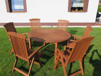 Die Essgruppe Cocos besteht aus einem runden Tisch und 4 oder 6 Klappstühlen. Die gemütlichen Gartenmöbel aus geöltem Eukalyptusholz sind wasserabweisend und UV-beständig.