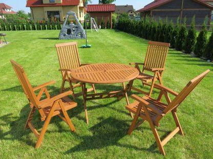 Der runde Gartentisch Bradford und die 4 Stühle Wellington können zusammengeklappt und platzsparend aufbewahrt werden. Die Gartenmöbel sind aus wasserabweisendem Eukalyptusholz.