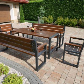 Ein Tisch, Zwei Bänke und Zwei Stühle mit Rückenlehne aus Erlenholz und Stahl im moderne Stil, braun-schwarz stehen vor Haus