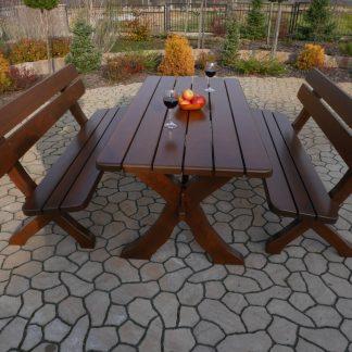 ein Tisch und zwei Bänke im bayerischen Stil, Bronze stehen auf der gepflasterten Auffahrt vor der Kulisse des Gartens