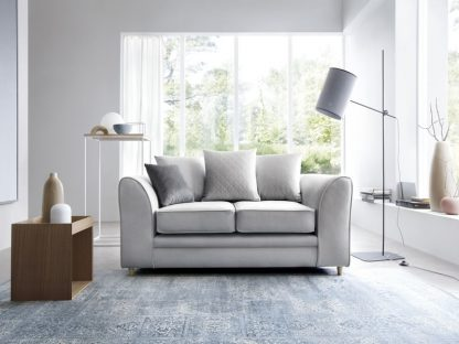 silberblaues Sofa 2-Sitzer mit Zierkissen..